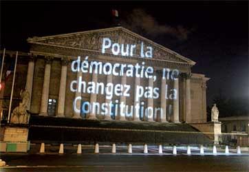 Slogan projeté par des militants sur la façade de l'Assemblée nationale le 10 février 2016